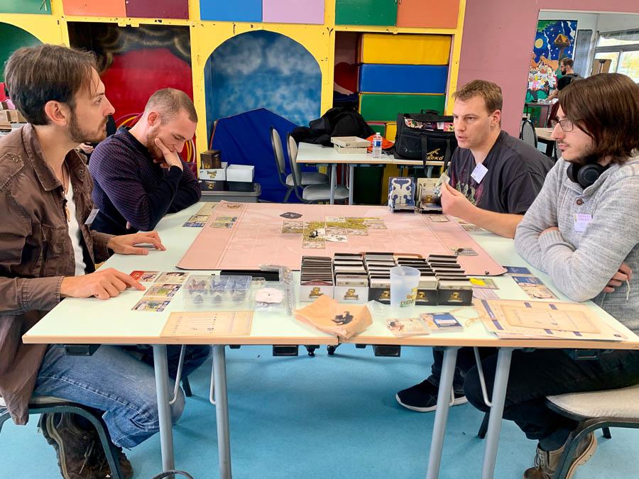 Une table de jeu où la concentration est de mise
