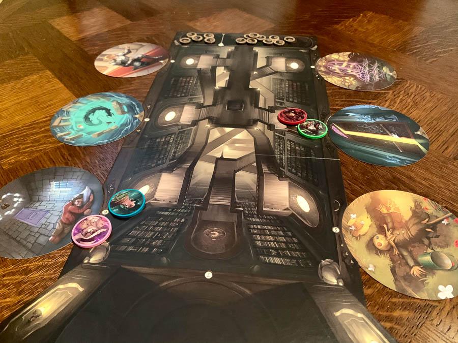 Les cartes de portes sont disposées autour du plateau et les joueurs votent avec leurs jetons