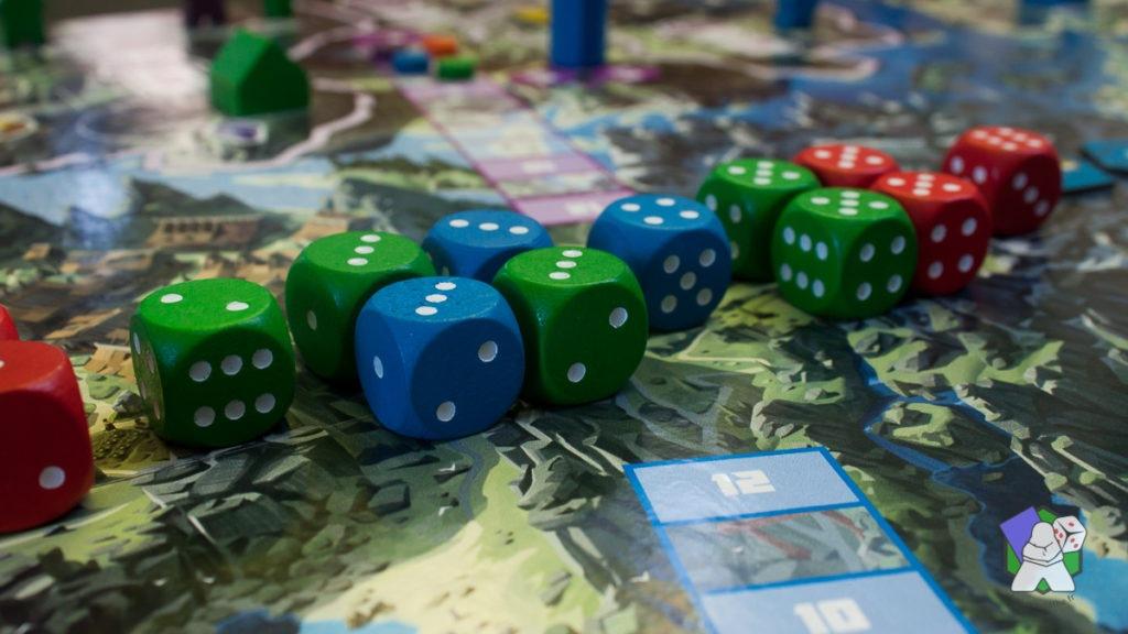 Les 13 dés de Daimyo : 3 bleus, 5 verts et 5 rouges