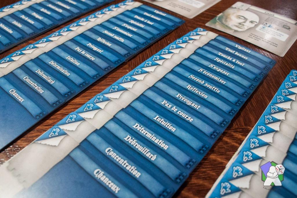 Les cartes Compétences (mains bleues)