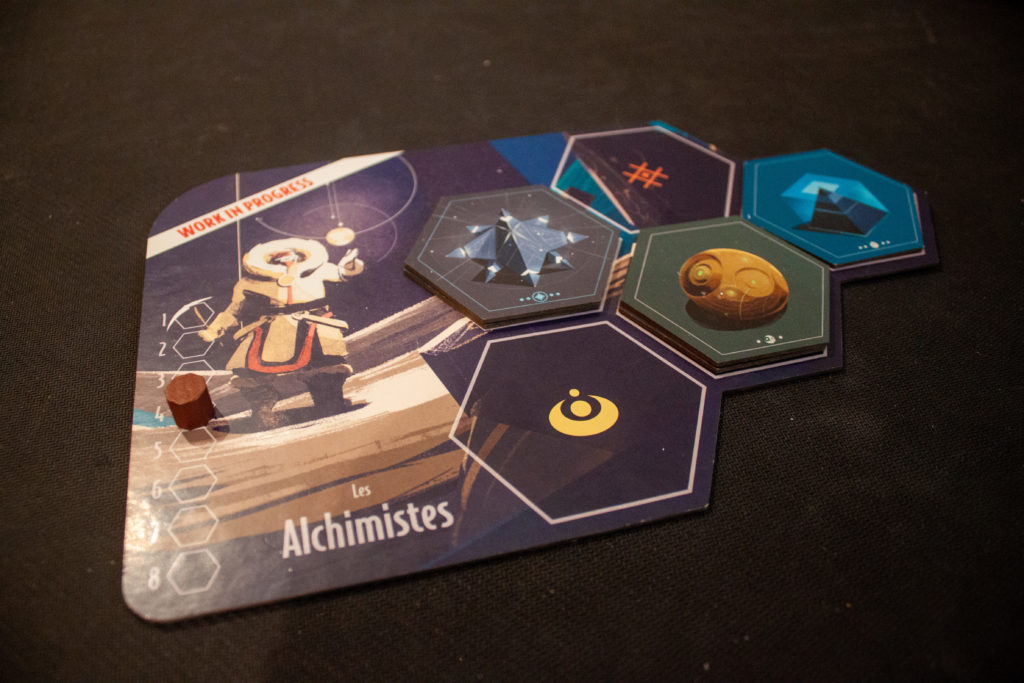 Un plateau de guilde, son compteur d'actions, et quelques Artefacts déposés dessus